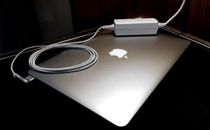 Praktisches 12V KFZ-Netzteil für Apple MacBook