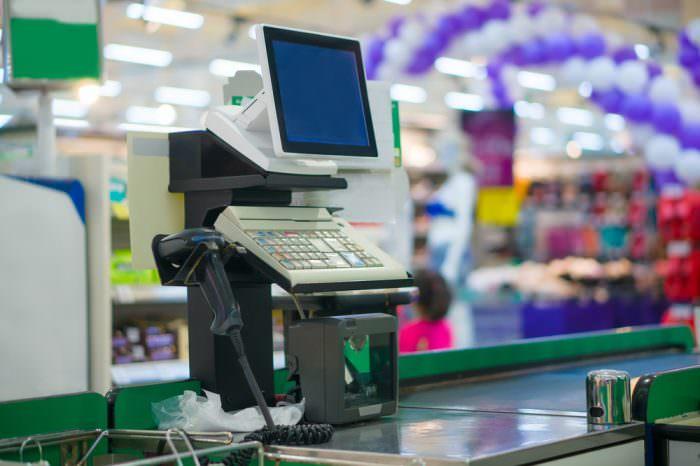 Im Supermarkt werden die Waren über den Scanbereich gezogen