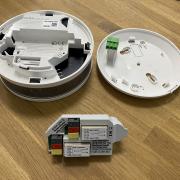 Schicke Kabelgebundene Rauchwarnmelder, die auch bei Störsendern den Alarm auslösen und mit Homematic verbunden werden können